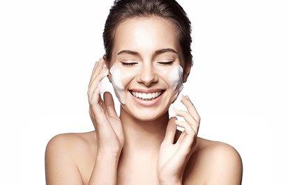 Очищение лица: как правильно делать, из каких этапов состоит и какие проблемы кожи решает